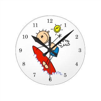 Figura del palillo del muchacho que practica surf reloj