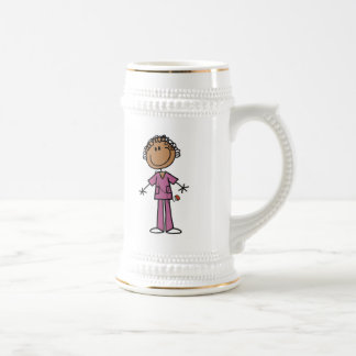 Figura femenina afroamericana enfermera del palill jarra de cerveza