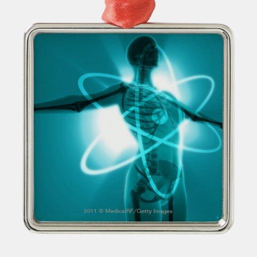 Figura femenina con una capa de un símbolo atómico adorno cuadrado plateado