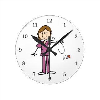 Figura femenina enfermera del palillo del pelo de  reloj redondo mediano