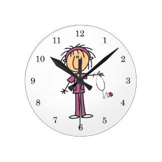 Figura femenina enfermera del palillo reloj redondo mediano
