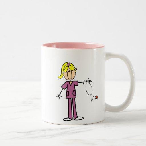 Figura femenina rubia enfermera del palillo taza de café