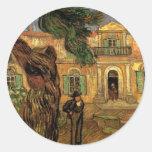 Figura hospital de los árboles de pino de Van Gogh Etiquetas Redondas