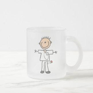 Figura masculina enfermera del palillo tazas de café