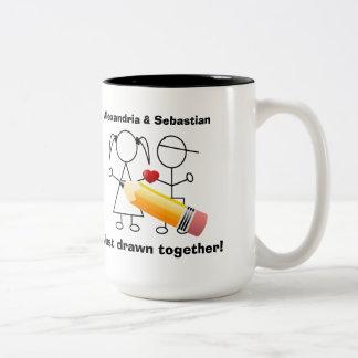 Figura par del palillo con el corazón dibujado jun taza de café