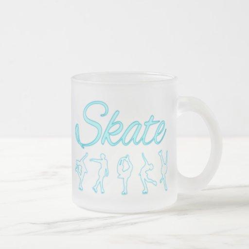 Figura resplandor azul de los patinadores taza de café
