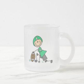 Figura verde del palillo del fútbol taza de cristal