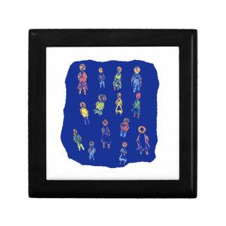 Figuras coloridas de la gente que dibujan el papel caja de regalo