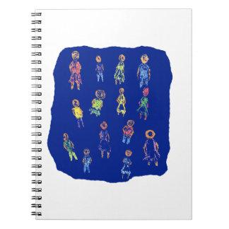Figuras coloridas de la gente que dibujan el papel libreta espiral