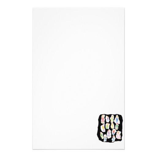 Figuras coloridas de la gente que dibujan el papel papeleria