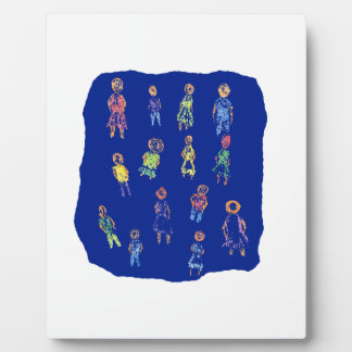 Figuras coloridas de la gente que dibujan el papel placa para mostrar