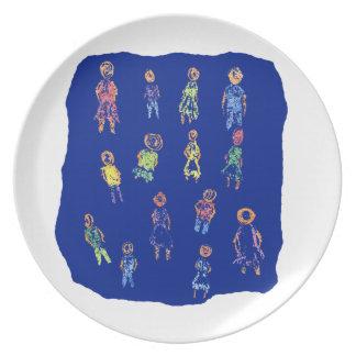 Figuras coloridas de la gente que dibujan el papel plato de cena