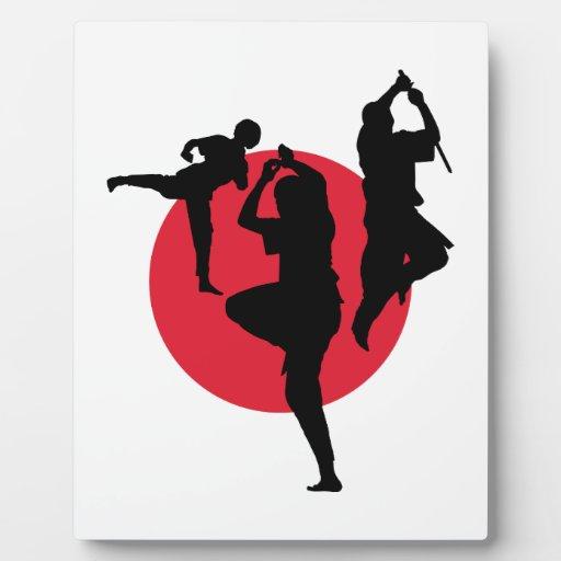 Figuras de los artes marciales en un círculo rojo placa de plastico