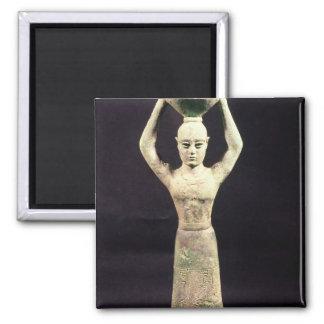 Figurilla del portador de ofrecimiento con votivo imán cuadrado