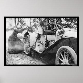 Fijación de un neumático desinflado en un automóvi póster