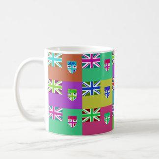Fiji Multihue señala la taza por medio de una