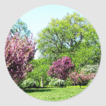 Fila de árboles florecientes pegatinas redondas