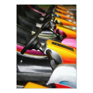 Fila de coches de parachoques coloridos invitación 12,7 x 17,8 cm