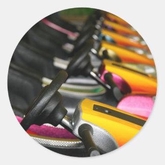 Fila de coches de parachoques coloridos etiqueta redonda