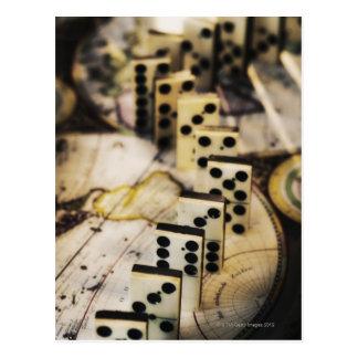 Fila de dominós en mapa de Viejo Mundo Postales