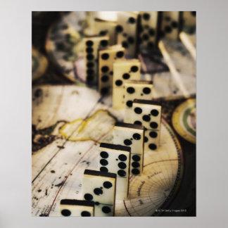 Fila de dominós en mapa de Viejo Mundo Impresiones
