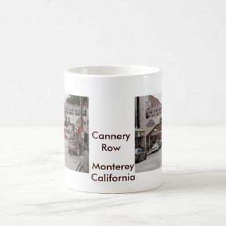 Fila de la fábrica de conservas taza básica blanca