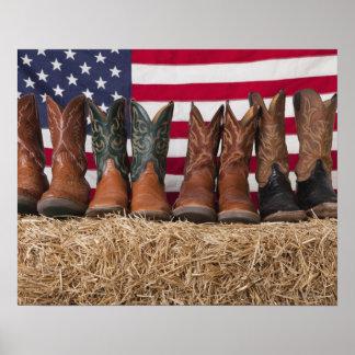 Fila de las botas de vaquero en haystack póster