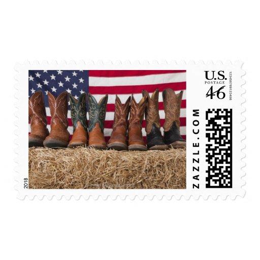 Fila de las botas de vaquero en haystack