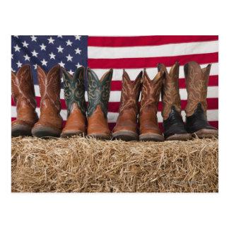 Fila de las botas de vaquero en haystack tarjeta postal