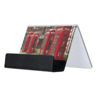 Fila de las cajas del teléfono en la parte caja de tarjetas de visita para escritorio