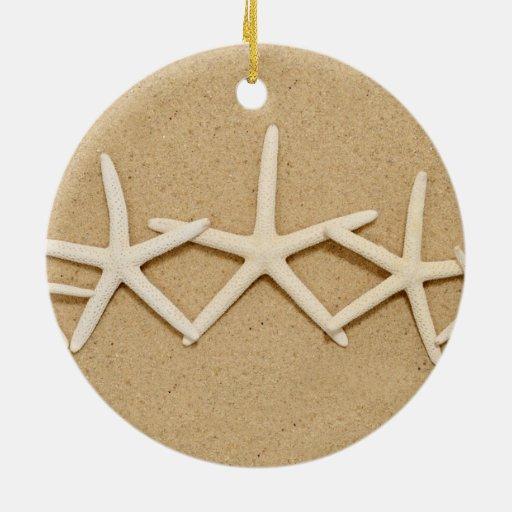 Fila de las estrellas de mar blancas adorno navideño redondo de cerámica
