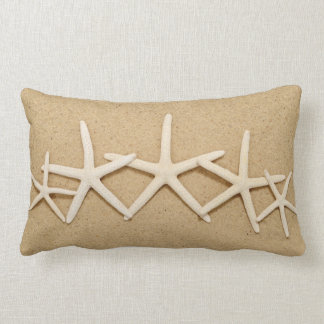 Fila de las estrellas de mar blancas cojin