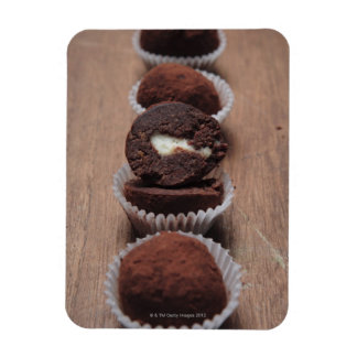 Fila de las trufas de chocolate en la madera iman rectangular