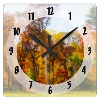 Fila de los árboles del otoño reloj cuadrado