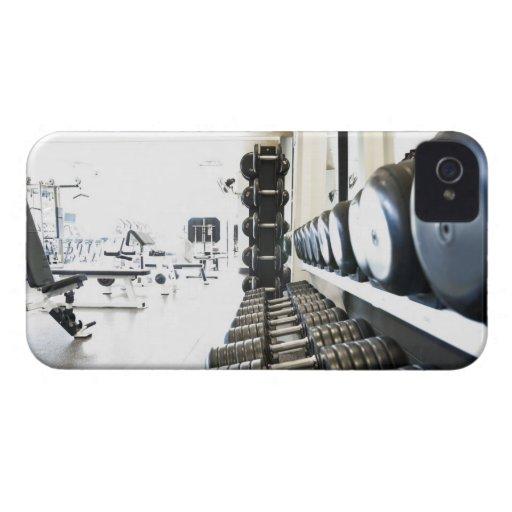 Fila de pesos libres en primero plano y ejercicio iPhone 4 protectores