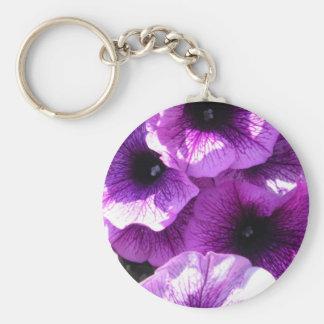 Fila de petunias púrpuras llavero redondo tipo pin