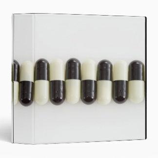 Fila de píldoras blancos y negros