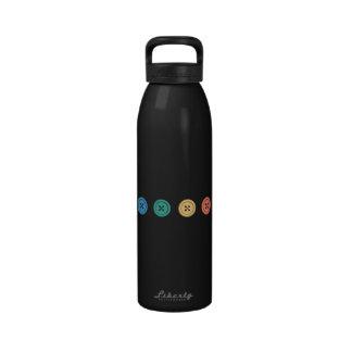 Fila del arco iris de botones botella de beber