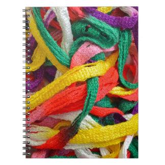 Filamentos coloridos del hilado libretas
