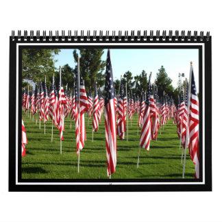 Filas de banderas americanas 9/11 monumento - calendario de pared