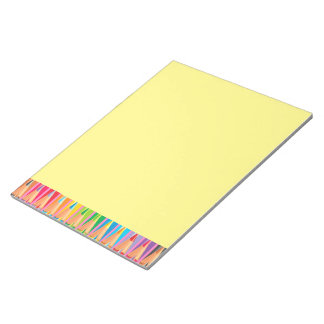 Filas de lápices coloreados blocs