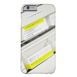 Filas de los cajones etiquetados de la medicina funda para iPhone 6 barely there