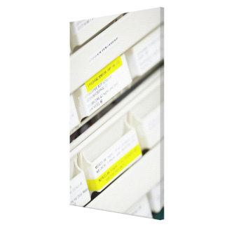 Filas de los cajones etiquetados de la medicina lona envuelta para galerias