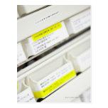 Filas de los cajones etiquetados de la medicina postales