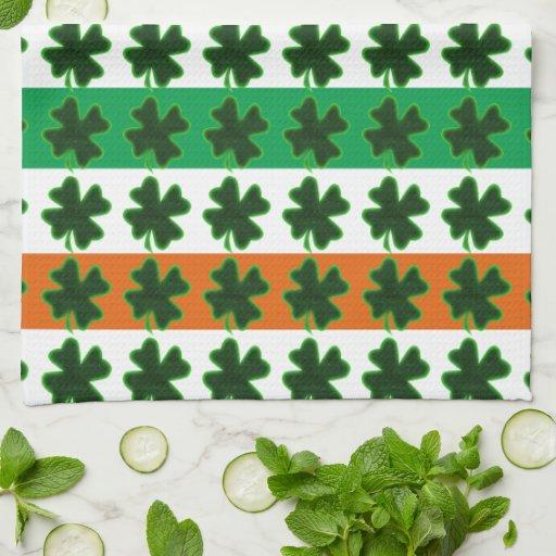 Filas de los tréboles para el día de St Patrick Toallas De Cocina