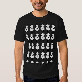 Filas de ovejas divertidas en las camisetas remera