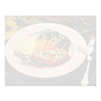 Filete del halibut con las flores de las zanahoria membrete a diseño