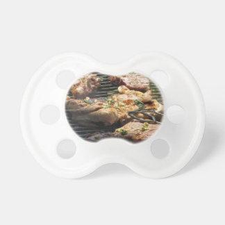 Filete y pollo asados a la parilla en la parrilla chupetes de bebe