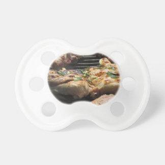 Filete y pollo asados a la parilla en la parrilla chupetes para bebés