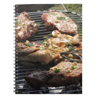 Filete y pollo asados a la parilla en la parrilla libreta espiral